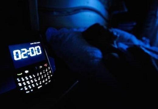 Người dùng không nên sạc điện thoại qua đêm trong phòng ngủ. Ảnh: Independent.