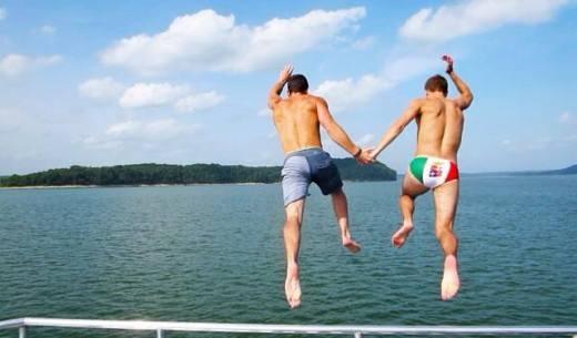 Tới lúc tắm biển cũng bên nhau