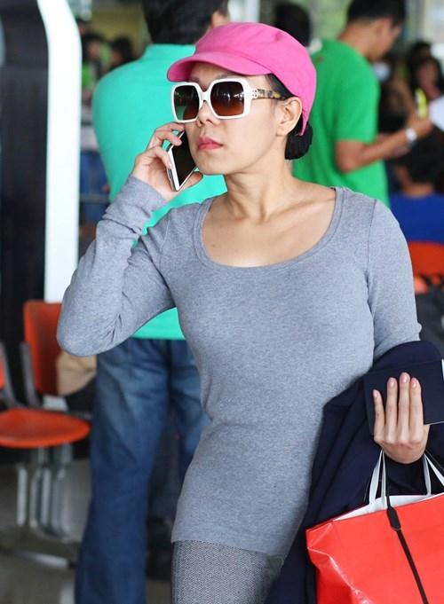 Hình ảnhViệt Hươngtại sân bay Tân Sơn Nhất chiều qua. Cô vừa trở về Việt Nam đã nhận được khá nhiều câu hỏi từ phía báo chí - Tin sao Viet - Tin tuc sao Viet - Scandal sao Viet - Tin tuc cua Sao - Tin cua Sao