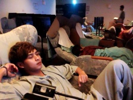 Do không thuê được khách sạn, nam ca sĩ 'Con bướm xuân' cùng các nghệ sĩ trong đoàn phải ngậm ngùi ngủ trên ghế massage tại Nhật - Tin sao Viet - Tin tuc sao Viet - Scandal sao Viet - Tin tuc cua Sao - Tin cua Sao