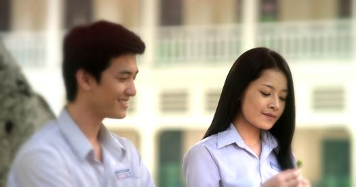 Nhân và Hương Ga khi còn đi học do Huỳnh Anh và Chi Pu thủ vai.