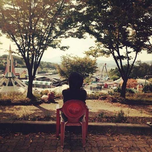 Suzy đăng tải bức ảnh tại một công viên với vẻ tiếc nuối, cô viết: 'Tôi đang ở đây nhưng nó đã đóng cửa rồi'.
