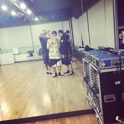 Junhyung tiếp tục 'nhá hàng' các thành viên Beast'nhí nhố' trong phòng tập và tập luyện cho ca khúc mới