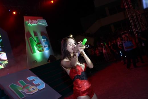 Sức hút của cô gái bước ra từ cuộc thi Vietnam Idol Hương Giang vẫn ngày một mạnh mẽ. Sự ái mộ cuồng nhiệt của khán giả trẻ khắp mọi nơi mỗi khi cô xuất hiện chính là minh chứng rõ ràng nhất cho điều đó. - Tin sao Viet - Tin tuc sao Viet - Scandal sao Viet - Tin tuc cua Sao - Tin cua Sao