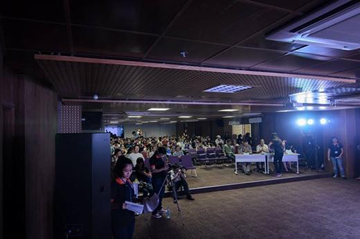Khán phòng diễn ra chương trình luôn kín chỗ từ những khán giả ủng hộ.