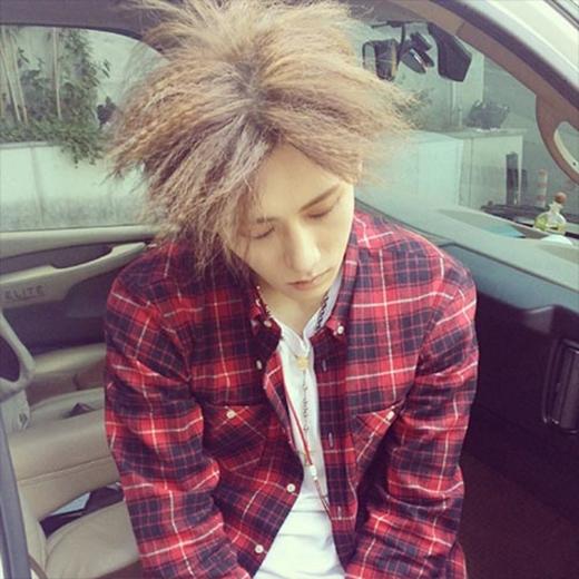 Hyunseung 'đầu bù tóc rối' nhưng không thể mở mắt vì quá buồn ngủ