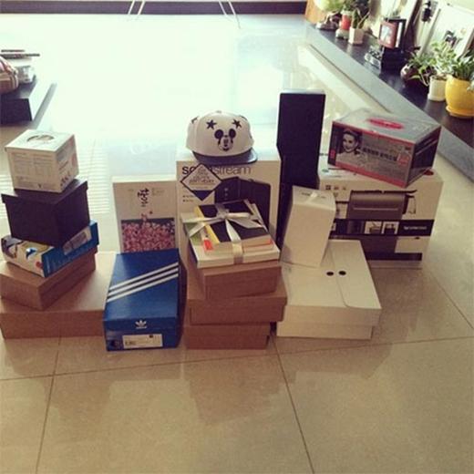 Donghae hạnh phúc khoe quà fan tặng nhân dịp sinh nhật