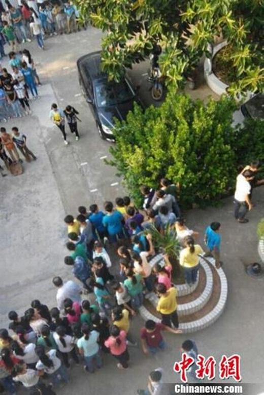 Các học sinh khác tụ tập xem rất đông đúc