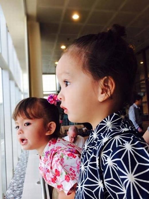 Hình ảnh của cặp sinh đôi nhà Hồng Nhung sở hữu gương mặt vô cùng đáng yêu và dễ thương.