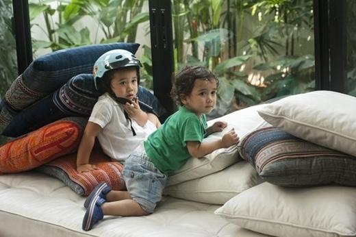 Hai cậu con trai của cựu người mẫu rất kháu khỉnh và hiếu động.