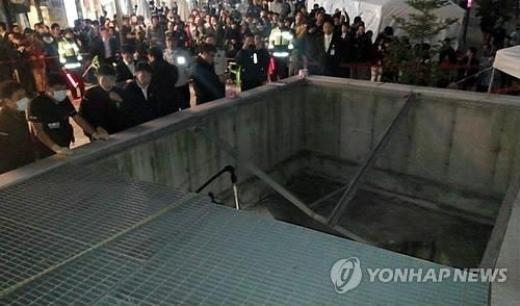 Hiện trường vụ sập hệ thống thông gió tại Hàn Quốc. Ảnh: AP