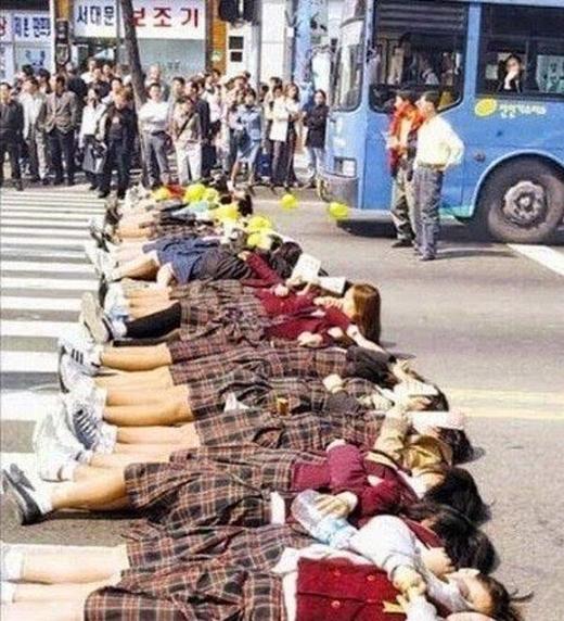 Vào năm 2000, các nữ sinh Hàn đã nằm ra đường biểu tình và phản đối nhóm nhạc Sechs Kies đột ngột tan rã. Đây là một trong những nhóm nhạc đầu tiên đi đầu làn sóng Hallyu và rất nổi tiếng vào thập kỷ 90.