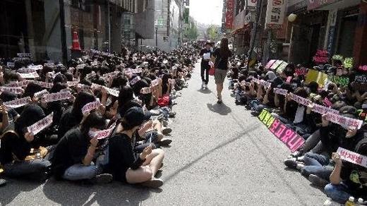 Năm 2009, Jay Park bị đuổi khỏi 2PM và JYP do anh có hành động bôi nhọ quốc thể. Hàng ngàn fan đã giăng băng rôn và ngồi trước trụ sở JYP để phản đối điều này.
