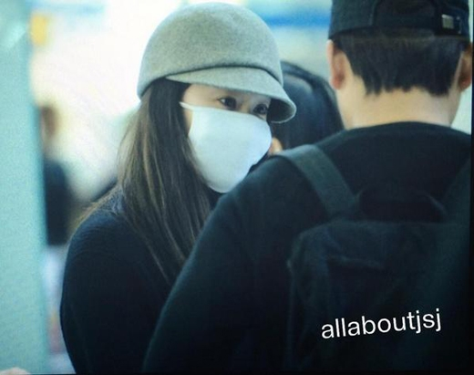 Hình ảnh Krystal mệt mỏi đeo khẩu trang đến Thượng Hải vào sáng ngày 18/10