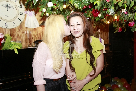 Cô nàng đã dành tặng nụ hôn hạnh phúc cho mẹ của mình.