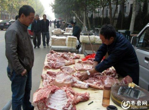 Thú vị hình ảnh vừa bán thịt vừa viết thư pháp