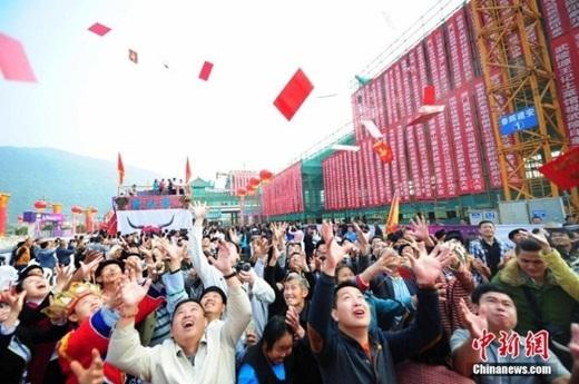 Có thể thấy, trong đám đông bên dưới ngoài thanh niên, phụ nữ còn có không ít ông lão lớn tuổi lẫn... Đường Tăng (?!)