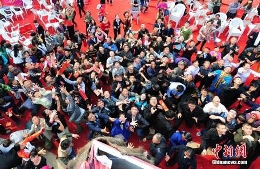 Đám đông hào hứng nhặt bao lì xì, thậm chí có người còn tranh nhau dẫn đến cảnh hỗn loạn nho nhỏ