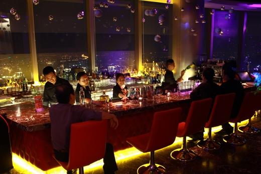 EON Heli Bar tọa lạc tại tầng 52 Bitexco Financial Tower là một trong những bar sang trọng bậc nhất Việt Nam