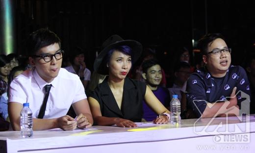 Giám khảo Ngọc Trai bảnh bao, Thùy Minh cá tính và Tùng Leo trẻ trung trên hàng ghế giám khảo.
