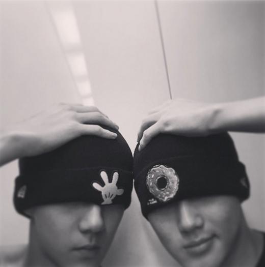 Sehun và Suho tạo dáng như hai anh em sinh đôi khiến fan vô cùng thích thú