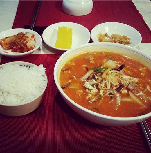 Jaejoong 'cô đơn' chia sẻ hình ảnh bữa cơm sáng chỉ có một mình