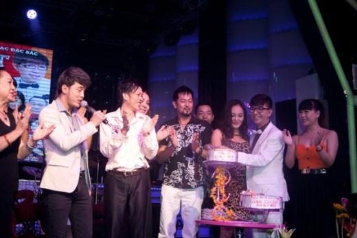 Nghệ sĩ cùng nhau đến chúc mừng DVD đánh dấu 25 năm ca hát của Long Nhật