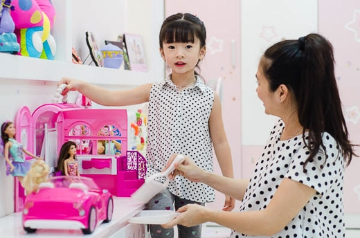 Con gái đầu của Thanh Thảo Hugo năm nay 4 tuổi ngay từ lần đầu cùng mẹ tham dự sự kiện của NTK Chung Thanh Phong đã dành được nhiều lời khen ngởi bởi nét xinh xắn đáng yêu.