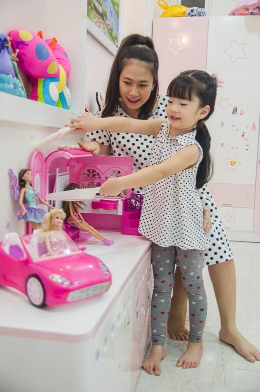 """Thanh Thảo Hugo cho hay: """"Bé Dâu là một cô bé tình cảm và """"nữ tính"""" ngay từ hồi bé xíu. Dâu thích màu hồng, thích mặc váy, thích làm điệu, tạo dáng chụp hình và cực kỳ thích chơi búp bê. Nên trong căn phòng màu hồng của Dâu, mẹ Thảo đã trang trí cho bé nhiều vật dụng nhỏ xinh và đồ chơi là búp bê Barbie. Ngoài ra, tuy còn bé, nhưng Dâu đã bộc lộ sự yêu thích và năng khiếu với nhảy múa""""."""