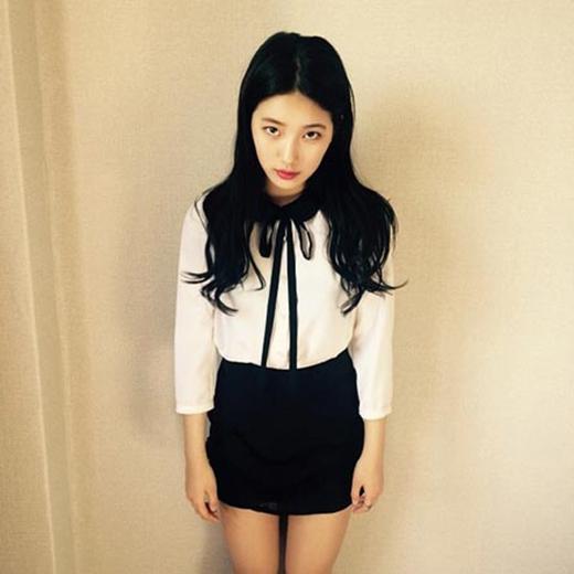 Suzy khoe hình mặc đồng phục nhưng làm mặt hình sự cực đáng yêu