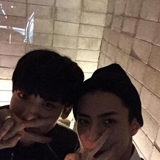 Sehun đăng hình cùng Chanyeol và thể hiện tình cảm với fan: 'EXO-L, mình yêu các bạn'