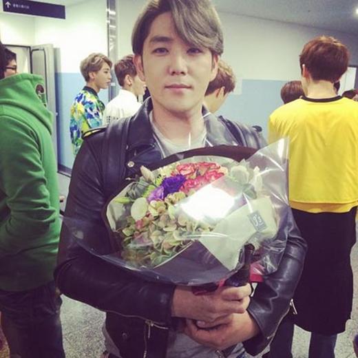 Kang In ngại ngùng khi nhận được hoa