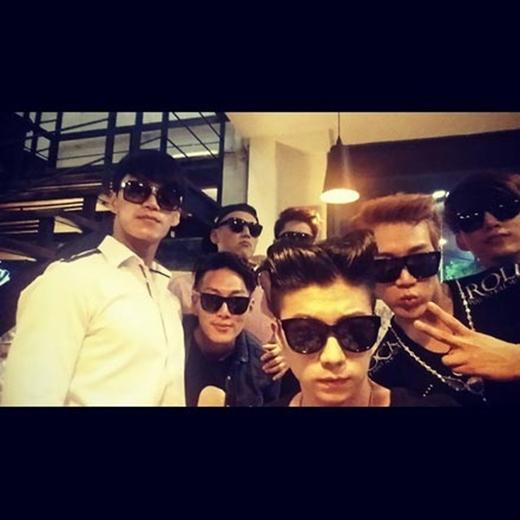 Wooyoung khoe hình đeo kính đen ngầu cùng những người bạn