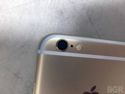 Những vết dính phẩm màu xanh từ quần Jean trên iPhone khó có thể tẩy rửa bằng những dung dịch thông thường.