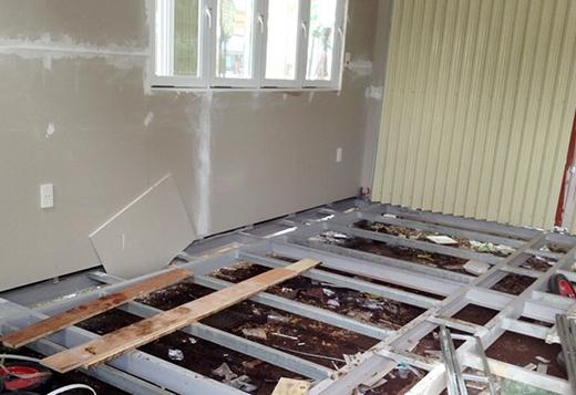 Sàn nhà cách mặt đất khoảng 20 cm được làm bằng những thanh sắt chịu lực, ván lót gỗ có diện tích 4 x 6 m.