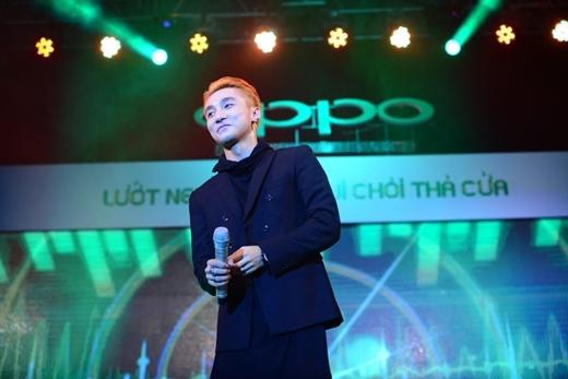 Sơn Tùng M-TP đại sứ của dòng sản phẩm dành cho giới trẻ OPPO Neo 3 tại Việt Nam đã không cầm được nước mắt trước tình cảm mà khan giả cả nước đã dành cho anh.