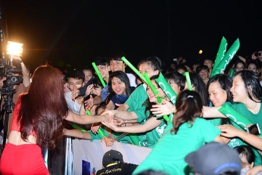 Mội cái nắm tay với fan xóa đi khoảng cách của ngôi sao và người hâm mộ, mà đó là tình cảm mà các bạn dành cho khán giả của mình.