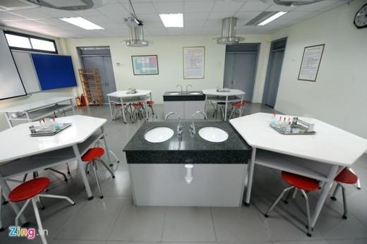 Ngoài việc học lý thuyết trên lớp, học sinh còn được tiếp cận với thực hành từ bộ môn vật lý, hóa học, sinh vật.