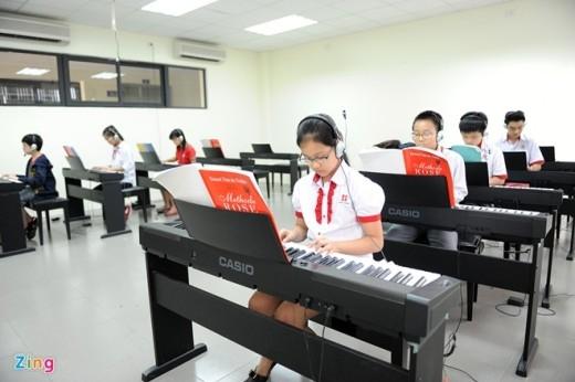 Lớp học đàn, hát được trang bị hiện đại.