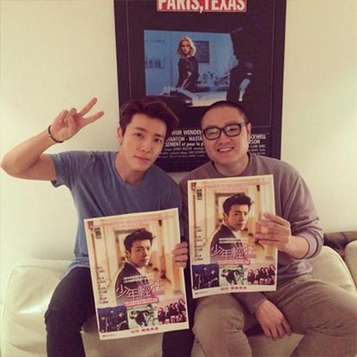 Donghae chụp hình cùng đạo diễn Kim Jin Moo và rất vui khi được gặp anh