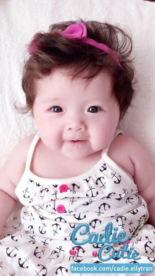 Vì cô bé đáng yêu thường bị nhầm là con trai nên hôm nay Elly Trần mặc váy 2 dây, đeo nơ hồng cho nữ tính.