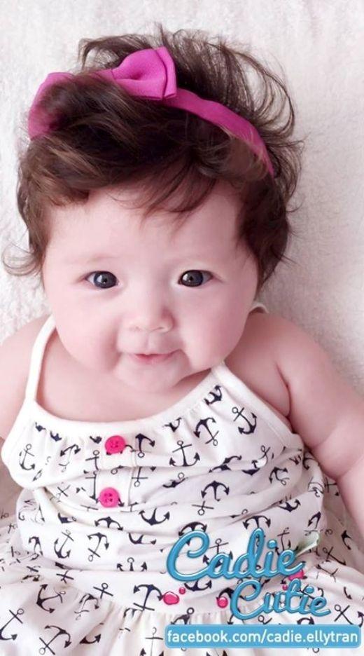 Đôi mắt tròn, làn da trắng, mái tóc xoăn và thân hình bụ bẫm khiến ai một lần ngắm nhìn cũng bị 'mê hoặc'.