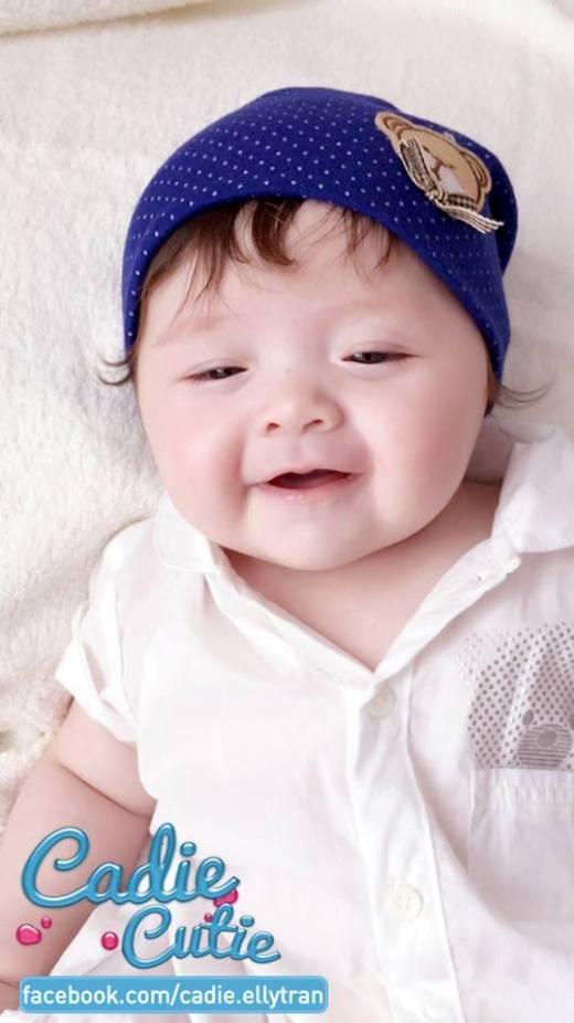 Elly Trần chia sẻ: 'Trước khi sinh Cadie, mami mua nhiều nón lắm, mà lúc sinh ra Cadie tóc cũng dày dày nên gần như ko có cơ hội xài, bây giờ đội thử nhìn Cadie như bánh bao buồn cười quá'.