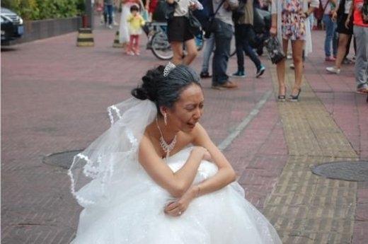 Cô dâu ngồi khóc đau khổ