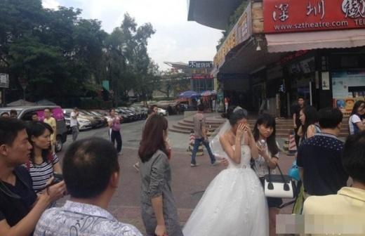 Mọi người đến an ủi và đưa cô dâu về. Buổi chụp hình cưới cũng bị hủy bỏ.