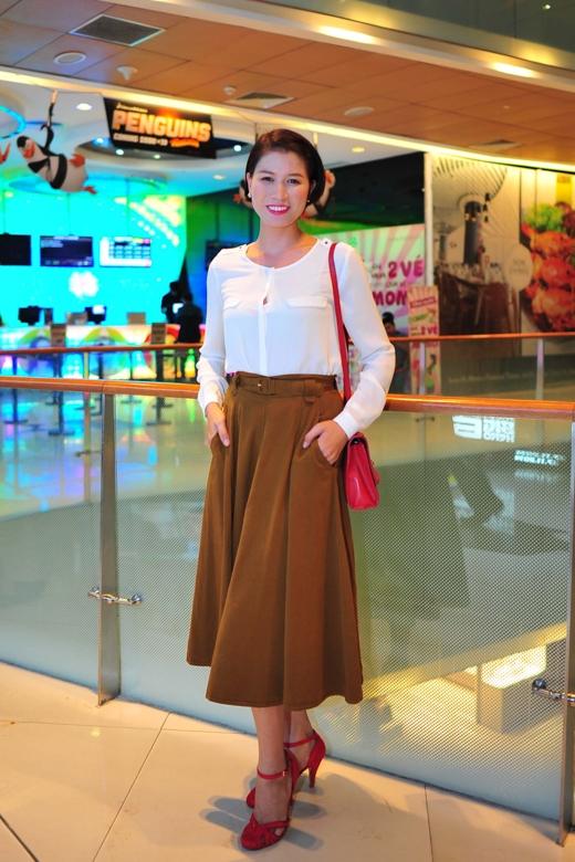 Hương Ga sắp ra mắt vào 27/10 tới đây. Khác hẳn với hình ảnh 'Mỹ chột' trong Hương ga, người mẫu - diễn viên Trang Trần dịu dàng trong chiếc váy vintage kết hợp áo sơ mi trắng khiến cô trở nên dịu dàng đầy nữ tính.