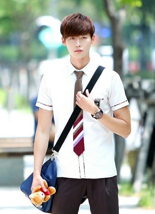 Xêp vị trí đầu bảng chính là nam diễn viên Lee Jong Suk với tỷ lệ bình chọn là 21.1%. Với lợi thế ngoại hình cao ráo và gương mặt baby, Lee Jong Suk đã 'đốn tim' nhiều fan nữ khi diện đồng phục học sinh như thế này.