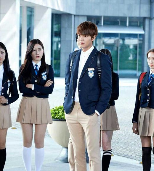 Lee Min Ho luôn được 'đo ni đóng giày' với những nhân vật cậu học sinh giàu có từ phim Boys Over Flowers đến The Heirs. Ngoài ra với lợi thể về ngoại hình cực bảnh bao, vì vậy Lee Min Ho được xếp vị trí thứ 2 trong số những ngôi sao diện đồng phục học sinh đẹp nhất vơi tỷ lệ bình chọn là 18.9%