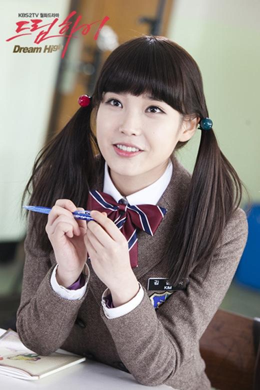 Với gương mặt cực kỳ đáng yêu khi diện đồng phục học sinh, IU đã được xếp ở vị trì thứ 4 với tỷ lệ bình chọn là 10.6%. Các fan đã có dịp ngắm 'em gái quốc dân' diện đồng phục học sinh trong Dream High.