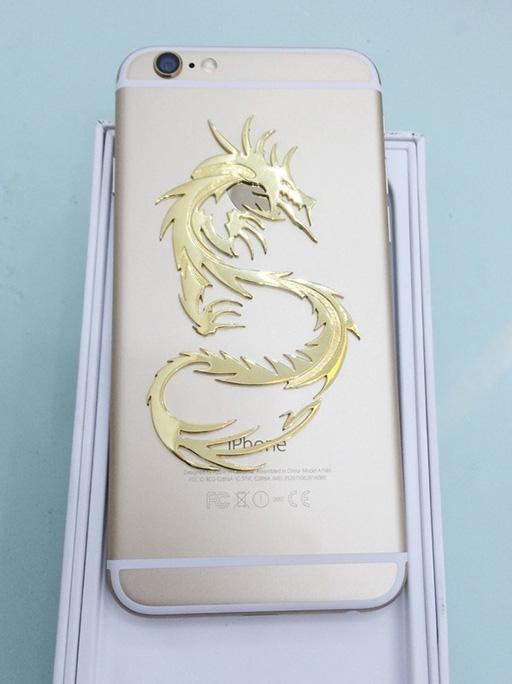 Toàn bộ hình rồng được chế tác bằng vàng.